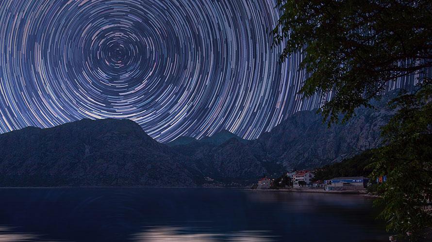 露光時間を長くして動きが連続しているように撮影されたイメージ図